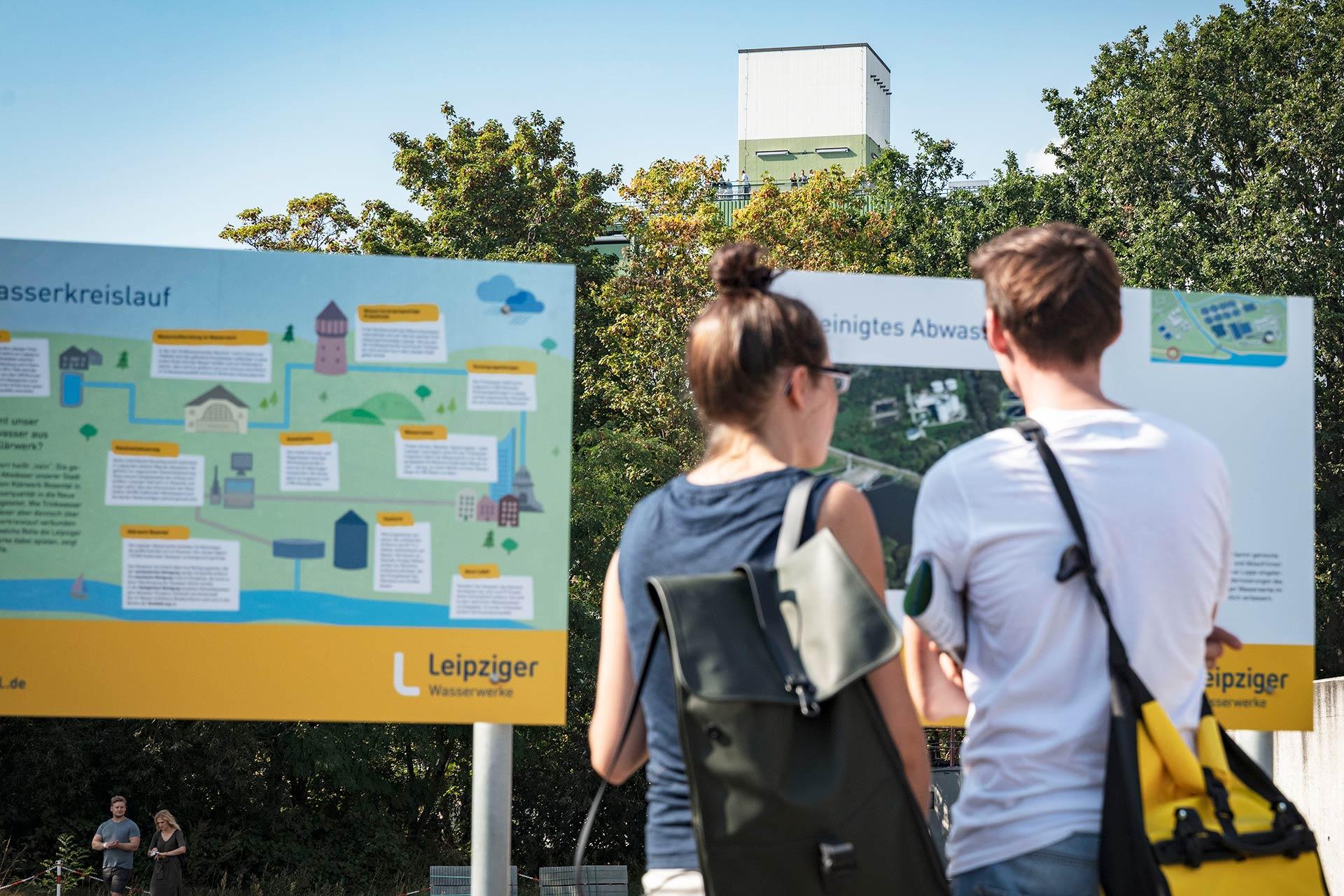 Besucher vor den Informationstafeln