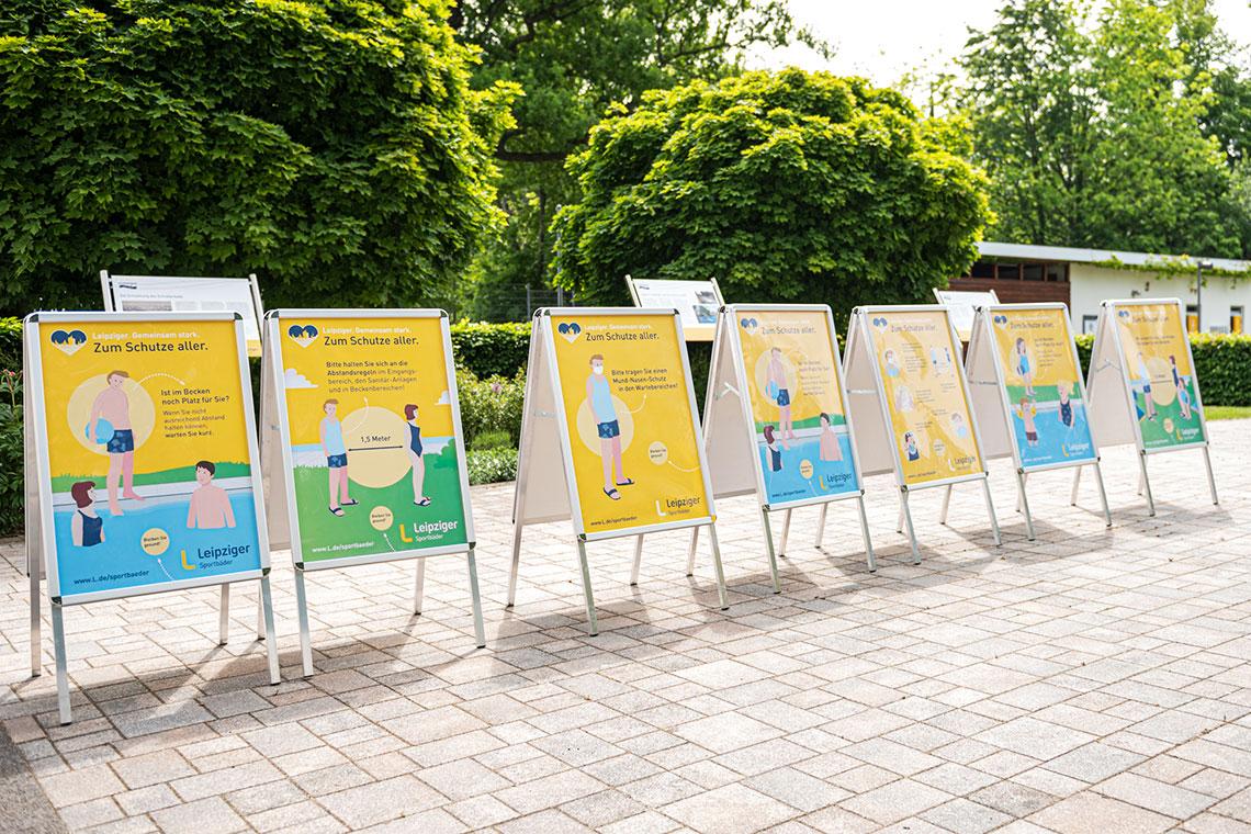 Foto der Plakate zum Verhalten in Freibädern während der Corona-Phase